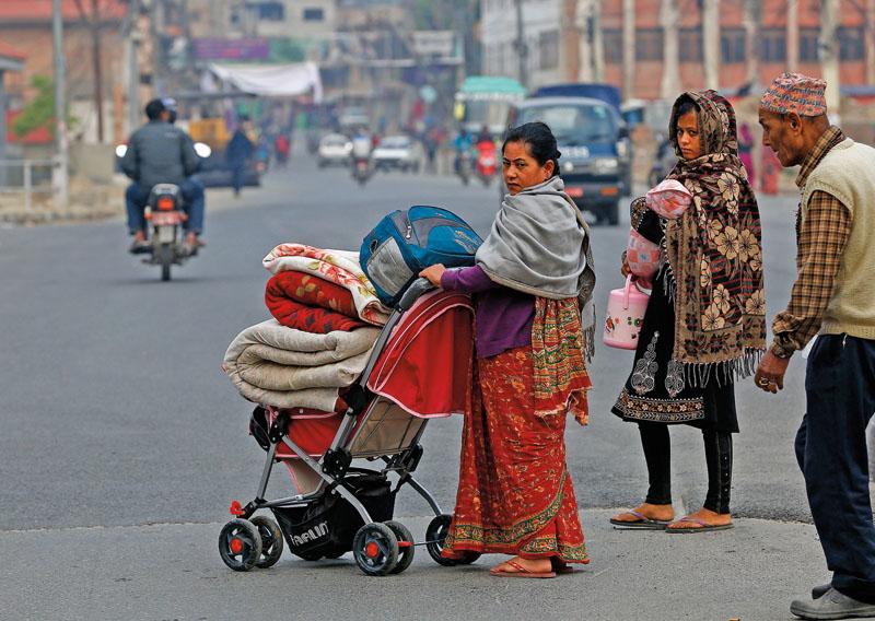 Wielu z mieszkańców Katmandu, którzy po trzęsieniu ziemi nocowali na zewnątrz, próbuje wracać do swoich domów fot.Narendra Shrestha/EPA