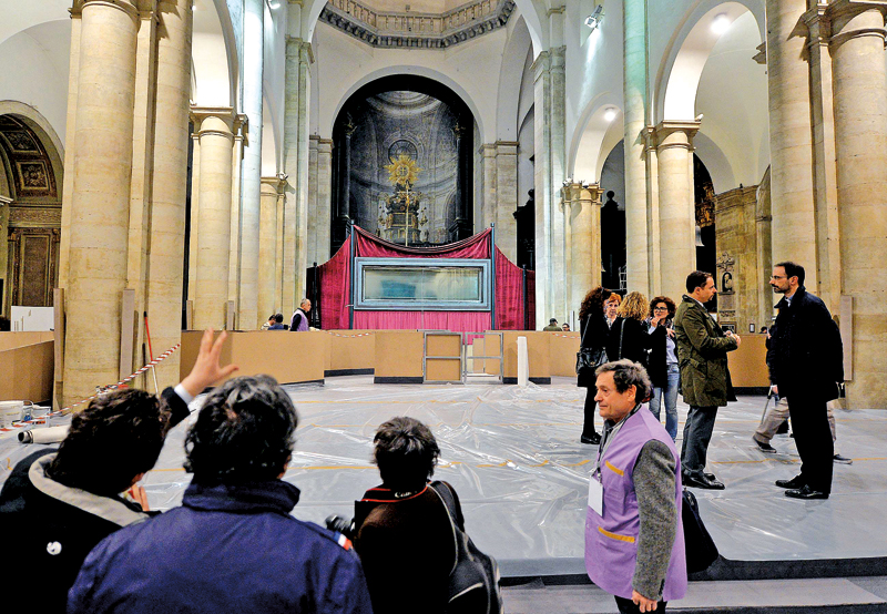 Wnętrze remontowanej katedry w Turynie, gdzie wierni będą mogli obejrzeć Całun
