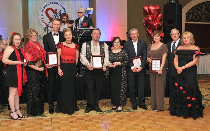 Wspólne zdjęcie wszystkich osób uhonorowanych złotym serduszkiem za pracę i zaangażowanie na rzecz fundacji Dar Serca w 2015 roku