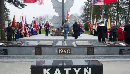 Polonia pamięta o ofiarach Katynia i Smoleńska