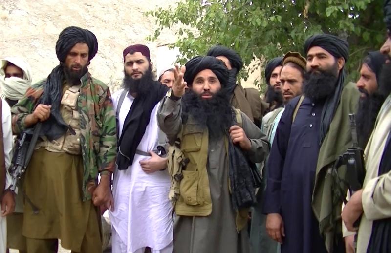 Mułła Fazlullah (w środku) fot.TTP/EPA