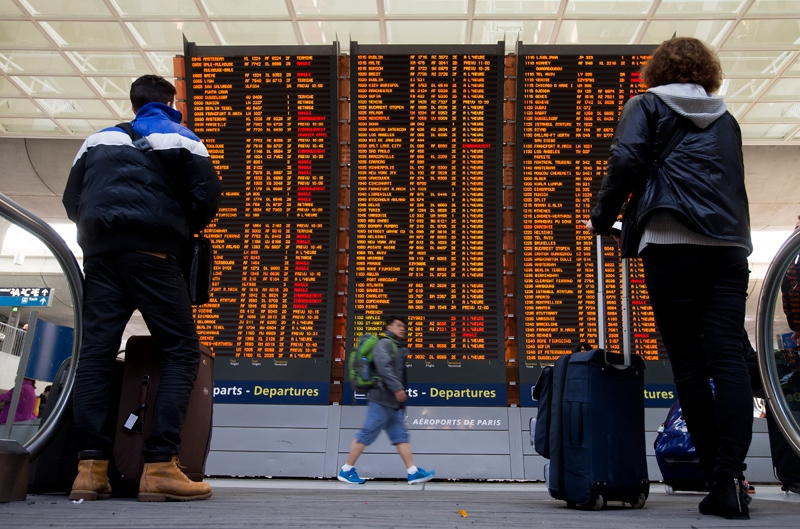Odwołane loty z lotniska Charles de Gaulle'a w Paryżu fot.Ian Langsdon/EPA