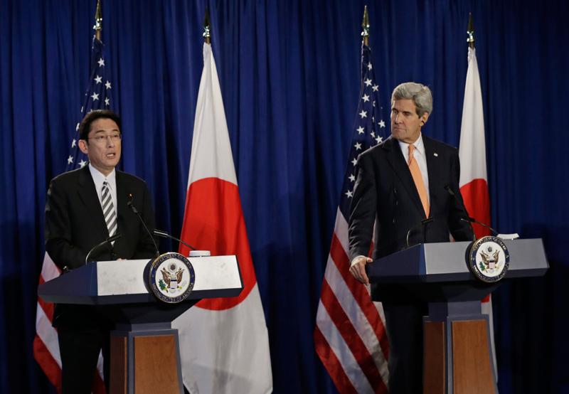 Spotkanie sekretarza stanu USA Johna Kerry (z prawej) z japońskim ministrem spraw zagranicznych Fumio Kishida w Nowym Jorku fot.Peter Foley/EPA