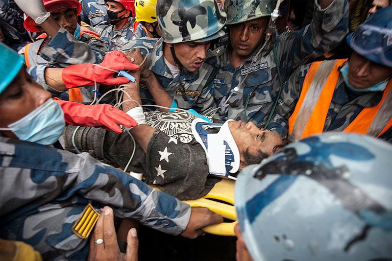 Pemba Tamang wydobyty z gruzów po 5 dniach fot.Hemanta Shrestha/EPA