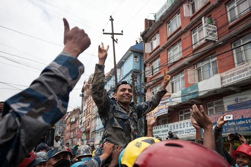 Radość ratowników po odnalezieniu 15-latka fot.Hemanta Shrestha/EPA
