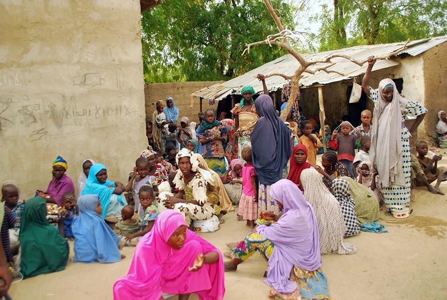 Część uwolnionych kobiet i dzieci w lesie Sambisa w Nigerii fot.STR/EPA