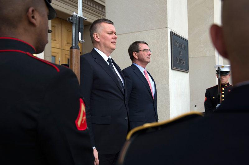 Tomasz Siemoniak i Ashton Carter w Pentagonie fot.Shawn Thew/EPA