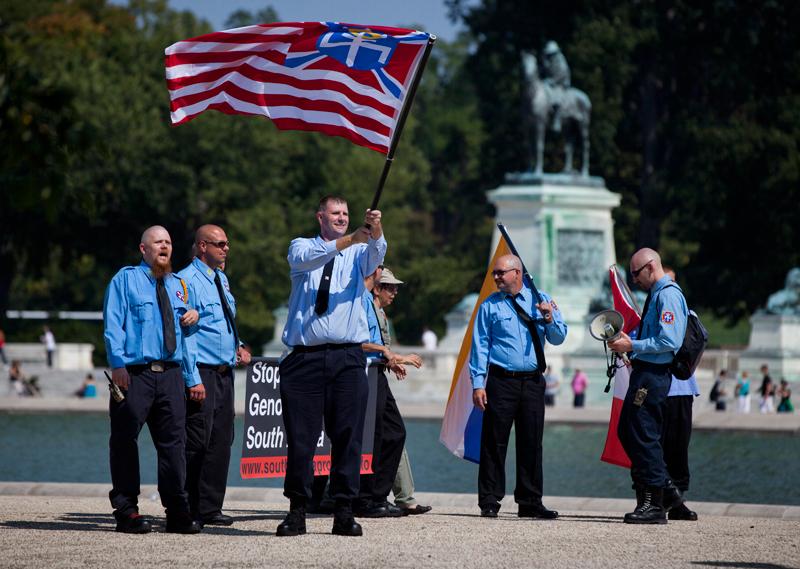 """Członkowie grupy """"Naród Aryjczyków"""" (ang. Aryan Nations) w Waszyngtonie, DC fot.Jim Lo Scalzo/EPA"""