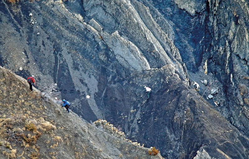 Przeszukiwanie miejsca katastrofy airbusa Germanwings we frncuskich Alpach fot.Guillaume Horcajuelo/EPA