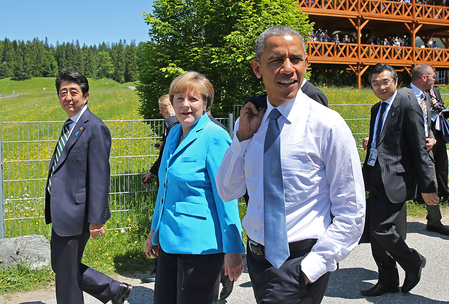 epa04787630 Japan's Prime Minister Shinzo Abe (L-R), German Chancellor Angela Merkel and US President Barack Obama in Elmau, Germany, 07 June 2015. Heads of state and government of the seven leading industrialized nations (G7) are scheduled to meet in Elmau Castle, Bavaria, on June 7-8 as the climax of Germany's presidency of the G7.  EPA/DANIEL KARMANN / POOL