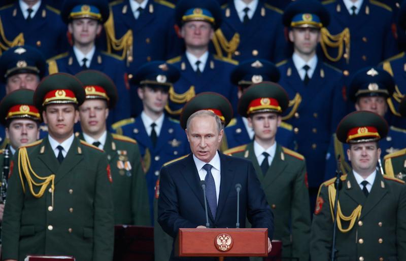 Władimir Putin (w środku) fot.Sergei Ilnitsky/EPA