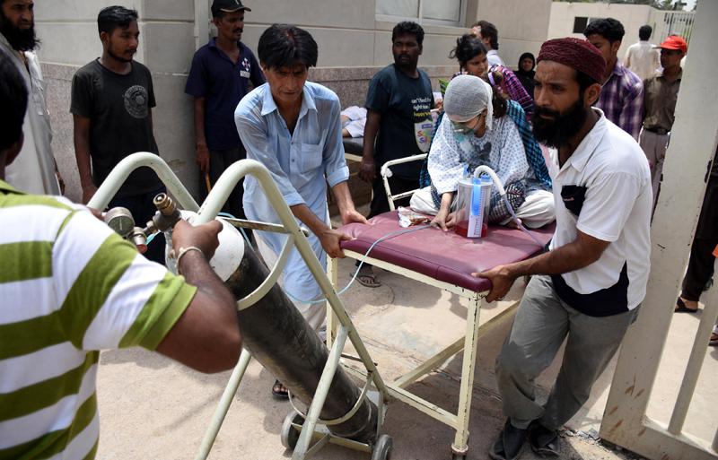 Kobieta, ofiara upałów, transportowana do szpitala w Karaczi w Pakistanie fot.Shahzaib Akber/EPA