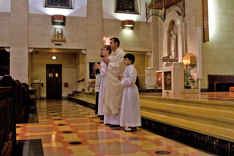 Ksiądz Robert Fedek podczas odprawiania mszy św. fot.Our Lady of Victory website