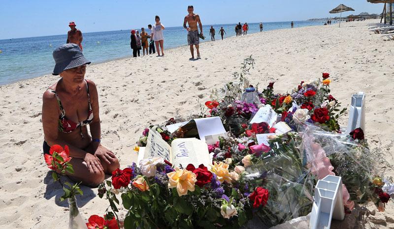 Turyści składają kwiaty na plaży, gdzie doszło do krwawego ataku fot. Mohamed Mossara/EPA