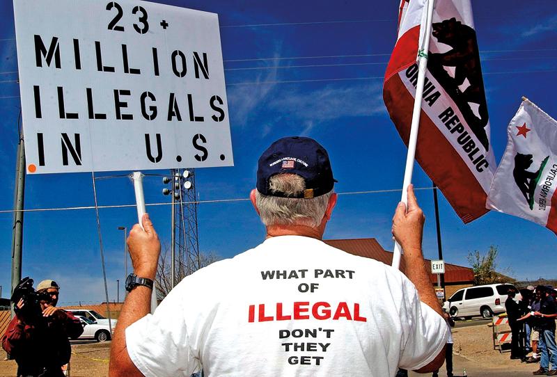 Mężczyzna protestuje na granicy USA - Meksyk, w miejscowości Naco w Ariconie fot.Saul Loeb/EPA