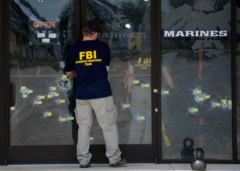 FBI na miejscu strzelaniny w Chattanooga fot.Billy Weeks/EPA