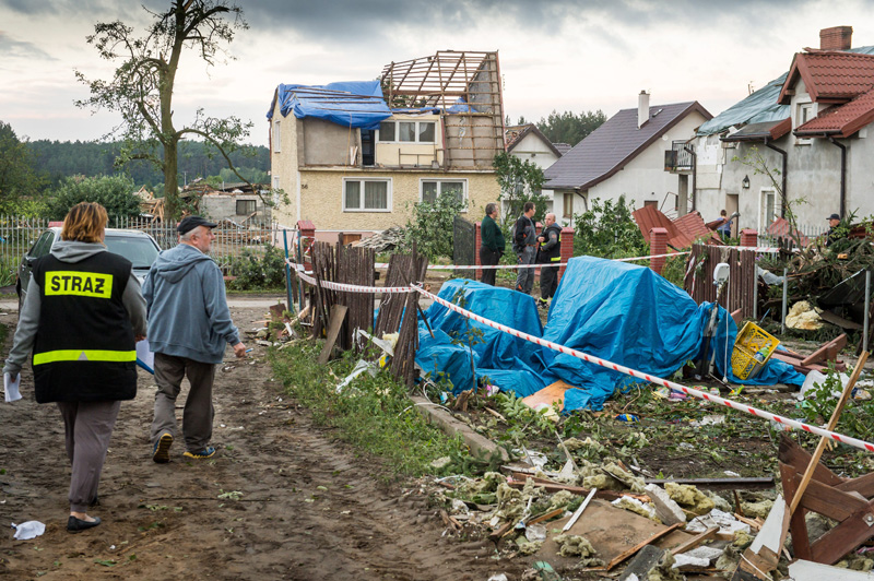 Widok po burzy w miasteczku Zawały na północy Polski fot.Tytus Zmijewski/EPA