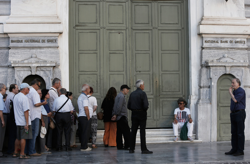 Kolejka do banku w Atenach fot.Yannis Kolesidis/EPA