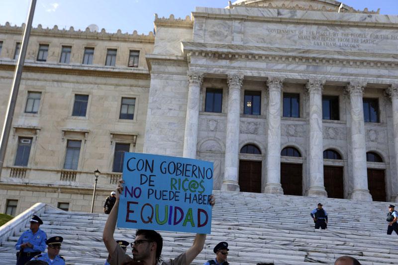 Protest przed siedzibą stanowego kongresu w San Juan, Portoryko, po wprowadzeniu ostrych cięć budżetowych fot. Thais Llorca/EPA