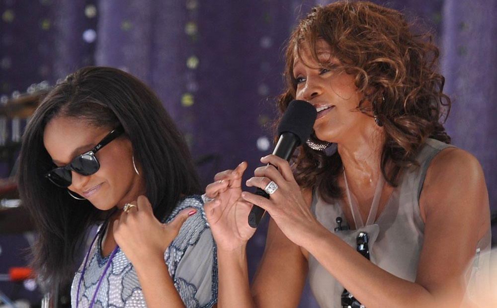 Whitney Houston i Bbbi Kristina podczas gali GMA w 2009 roku fot. Asterio Tecson - Flickr: 135. Licensed under CC BY-SA 2.0 via Wikimedia Commons