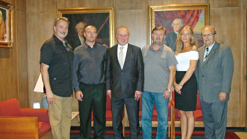 Stoją od lewej: Antoni Hołda, Sławomir Szpak, Franciszek Spula, Marian Steczek, Joanna Gronostajska, Marian Grabowski