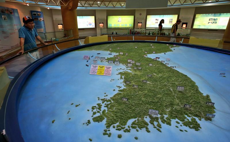 Miniatura mapa Półwyspu Koreańskiego fot.Jeon Heon-Kyun/EPA