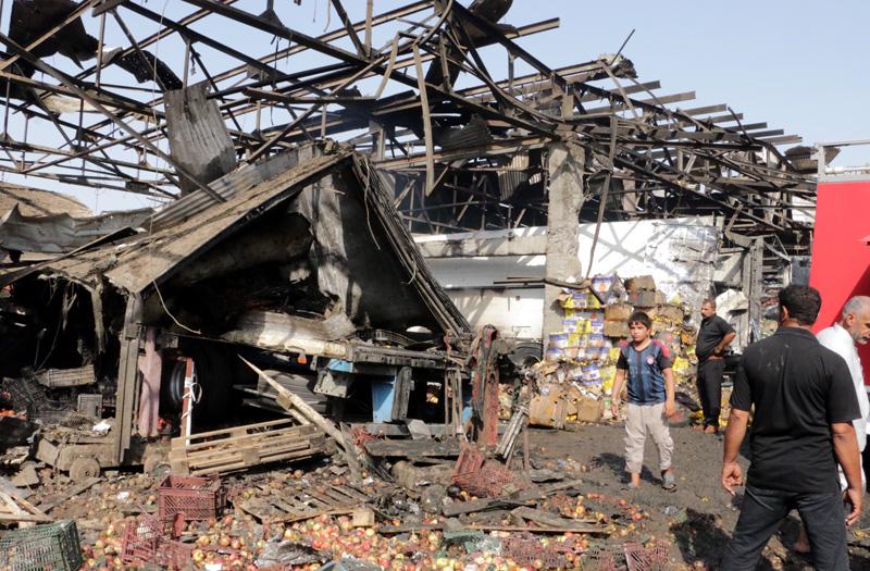 Po wybuchu bomby na targowisku w Bagdadzie fot.Ahmed Ali/EPA