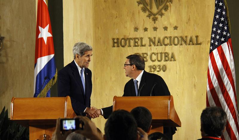 Sekretarz stanu USA John Kerry (z lewej) i minister spraw zagranicznych Kuby Bruno Rodriguez Parrilla fot.Rolando Pujol/EPA