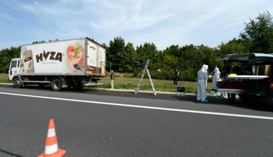 Austria. Zwłoki kilkudziesięciu uchodźców w ciężarówce przy autostradzie (ZDJĘCIA)