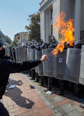 Ukraina. Zamieszki przed parlamentem, nie żyje żołnierz Gwardii Narodowej