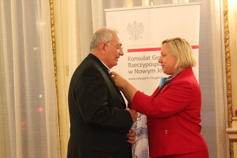 Konsul generalna Urszula Gacek przypina odznaczenie biskupowi Brooklyn Nicholasowi Anthony DiMarzio fot.Consulate General of Poland in New York/Facebook
