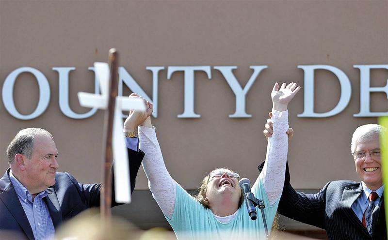 Republikański kandydat na prezydenta Mike Huckabee (z lewej) zorganizował wielką fetę pod więzieniem, kiedy Kim Davis (w środku) opuszczała budynek po 6 dniach odsiadki fot.YouTube