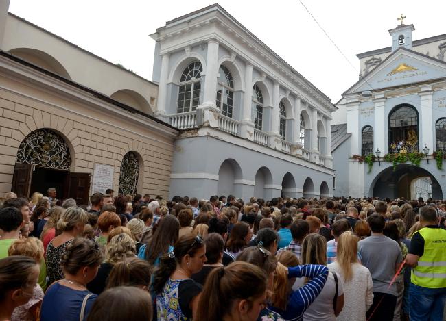 Uczniowie polskich szkół na Litwie wraz z rodzicami uczestniczyli w mszy przed Kaplicą Ostrobramską w Wilnie fot.Marcin Obara/PAP