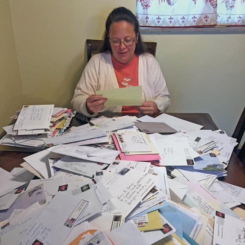 Kim Davis czyta listy od zwolenników fot.YouTube