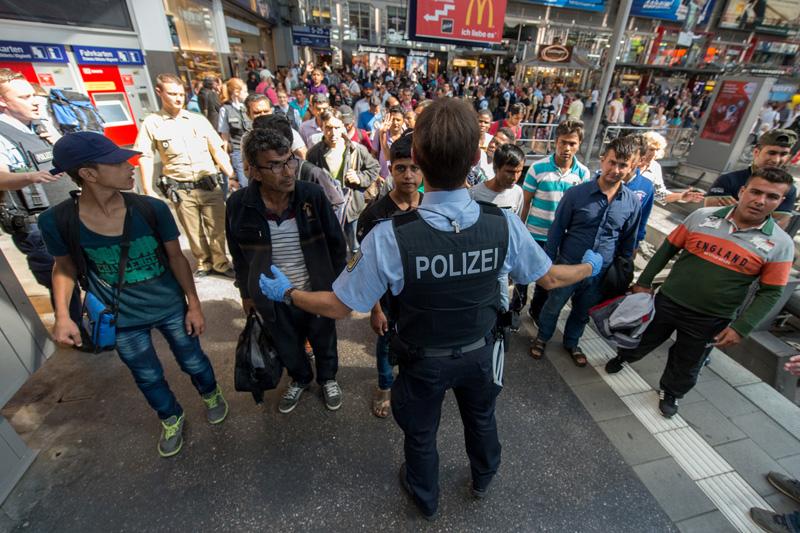 Uchodźcy na dworcu kolejowym w Monachium fot.Matthias Balk/EPA