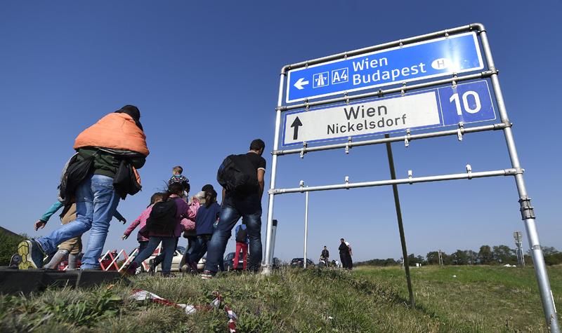 Uchodźcy maszerują w Austrii fot.Helmut Fohringer/EPA