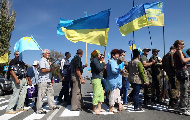 Tatarzy krymscy i ukraińscy aktywici blokują drogę dojazdową na Krym fot.Vitaliy Nosach/EPA