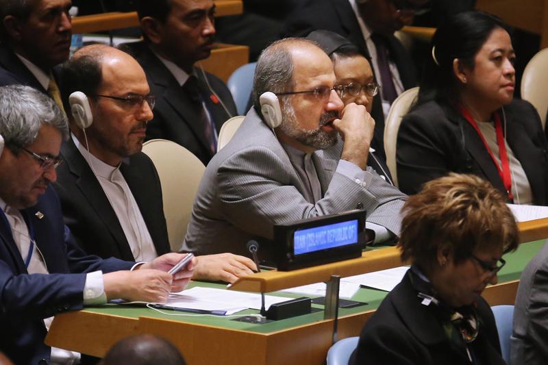 Mohammad Javad Zarif  (w środku) fot.Chip Somodevilla/EPA