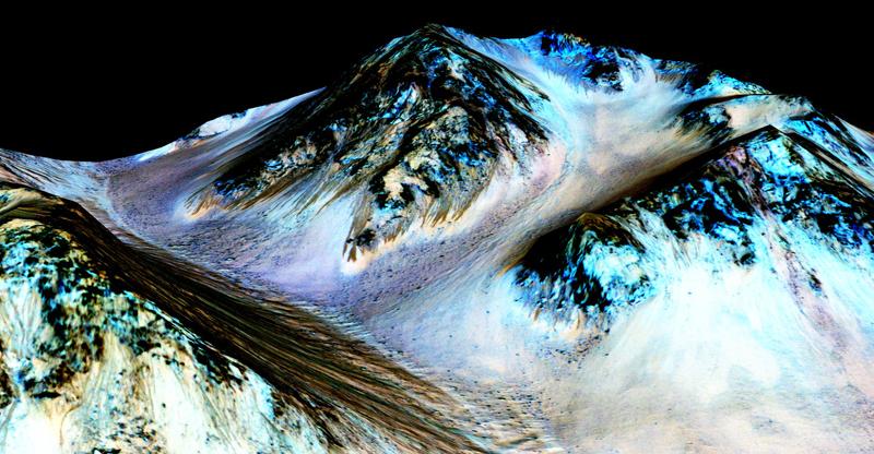 Zdjęcie Marsa. Ciemne pasma na zboczach mają być dowodem na występowanie wody fot.NASA/EPA