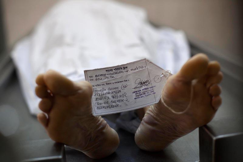 Ciało zabitego w Bangladeszu pracownika instytucji humanitarnej z Włoch, Tavella Cesare. Do jego zabóstwa przyznało się ISIS. fot.STR/EPA