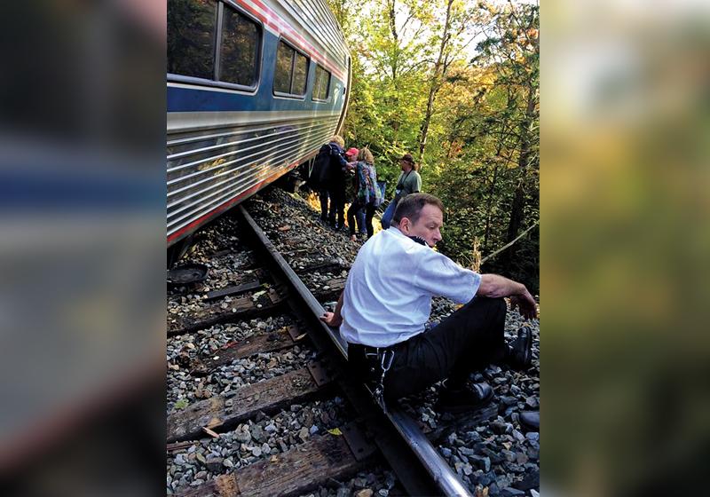 Wykolejony pociąg Amtrak w pobliżu miasta Northfield, w stanie Vermont fot.Brianabell1980 via Twitter/EPA