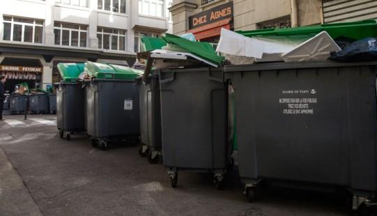 Paryż tonie w śmieciach z powodu strajku
