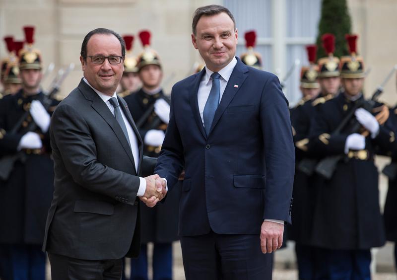 Francois Hollande (z lewej) i Andrzej Duda fot.Ian Langsdon/EPA