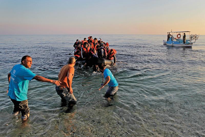 Łódź z uchodźcami przybija do brzegów greckiej wyspy Lesbos fot. Orestis Panagiotou/EPA