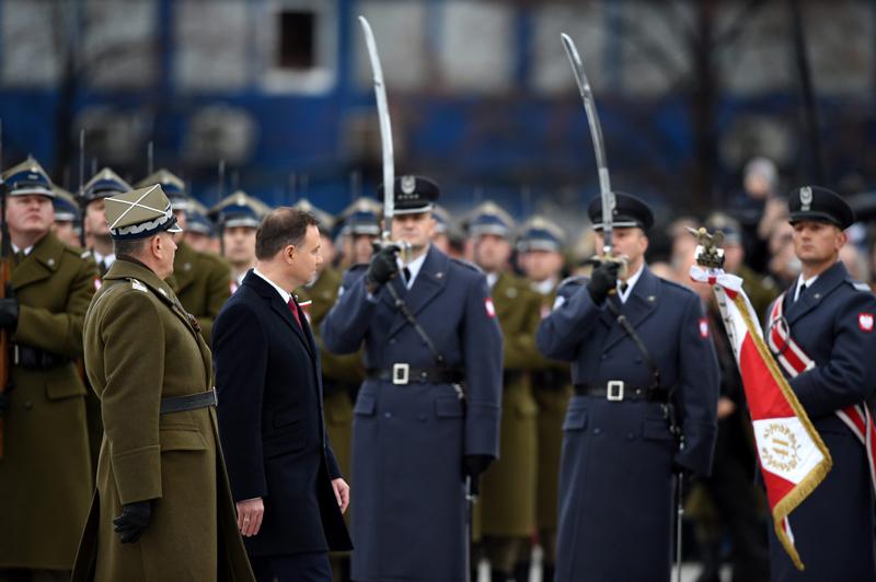 Andrzej Duda podczas uroczystości na Placu Piłsudskiego przy Grobie Nieznanego Żołnierza fot.Radek Pietruszka/EPA
