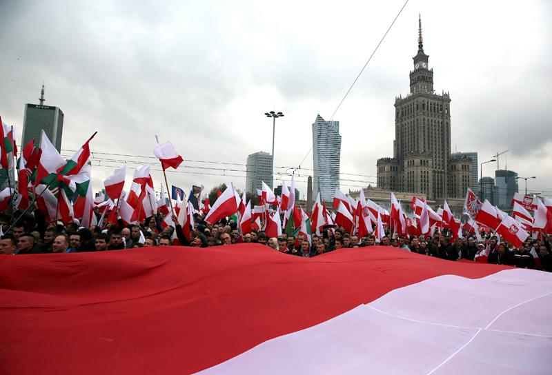 """Uczestnicy marszu """"Polska dla Polaków, Polacy dla Polski"""" w Warszawie fot.Tomasz Gzell/EPA"""