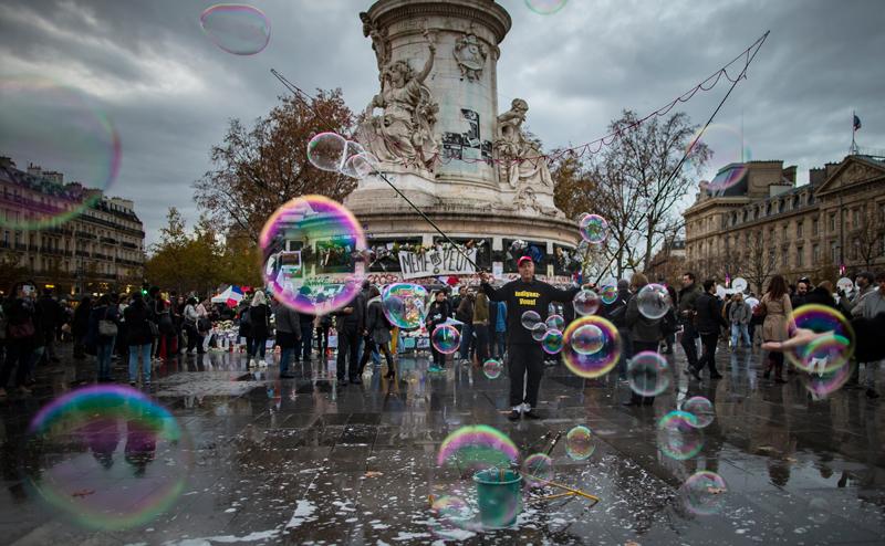 Plac Republiki w Paryżu. Miejsce, gdzie przychodzą ludzie oddając hołd ofiarom zamachów fot.Ian Langsdon/EPA