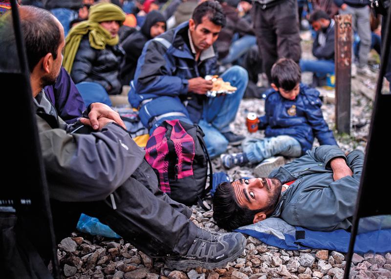 Uchodźcy z Iraku, Pakistanu i Maroka fot.Georgi Licovski/EPA
