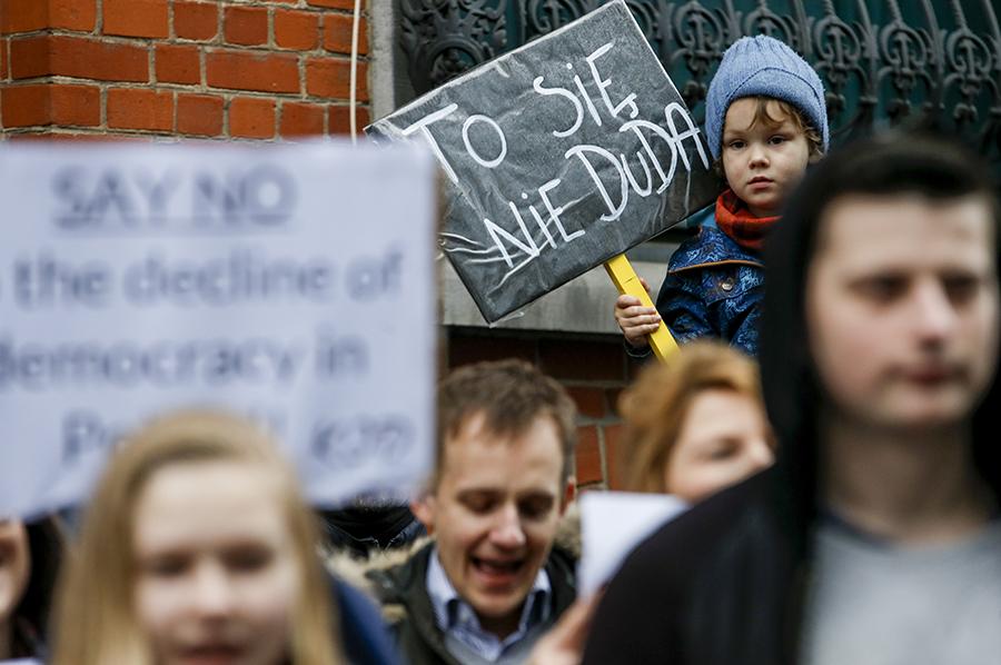 Demonstranci KOD przed ambasadą Polski w Belgii fot.Olivier Hoslet/EPA