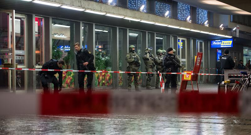 Policja na dworcu kolejowym w Monachium fot. Sven Hoppe/EPA